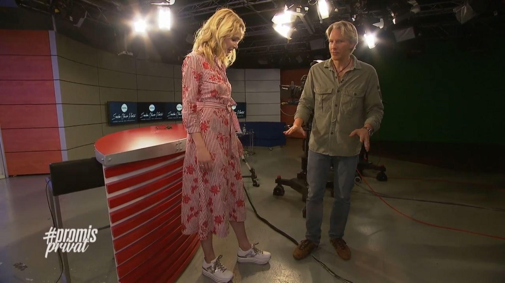 GNTM-Star Theresia Fischer mit TV-Coach Sascha Oliver Martin im Fernsehstudio beim Coaching