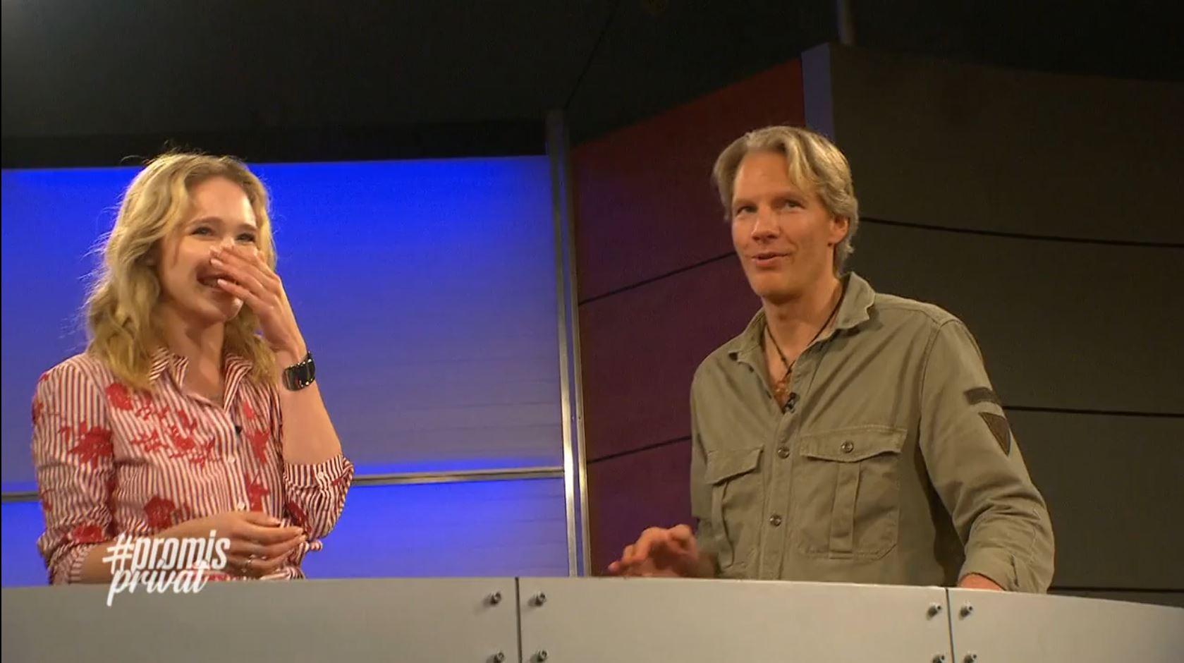 GNTM-Star Theresia Fischer und TV-Moderator und Auftrittscoach Sascha Oliver Martin im TV-Studio